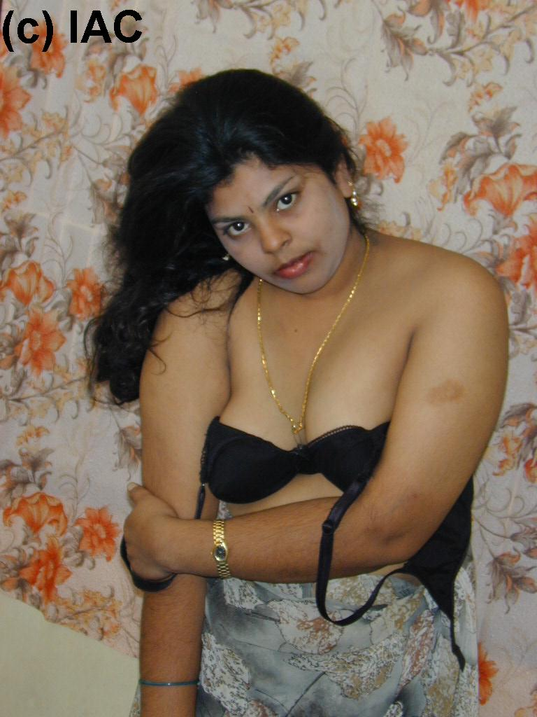 Hot showing indian aunty bra
