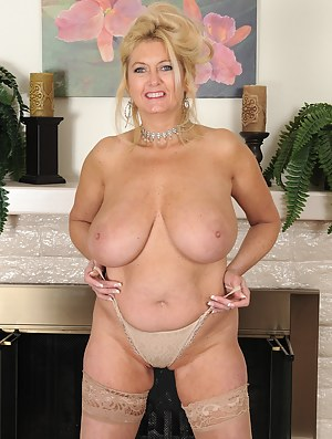 Big natural tits mom