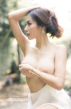 Vietnamese girls nude posing